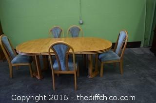 Oak Table w/5 Chairs & 2 Leafs