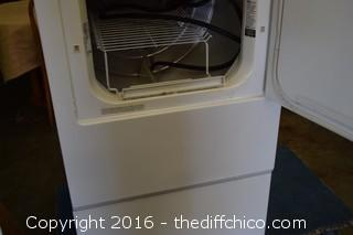GE Washer & GE Gas Dryer w/Pedestals