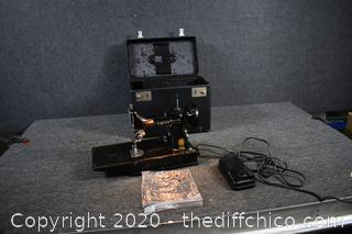 Working Featherweight Singer Sewing Machine Model 221