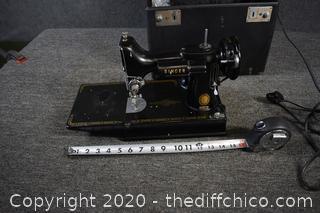 Working Featherweight Singer Sewing Machine Model 221