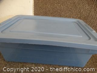 Rubber Maid Tub with lid