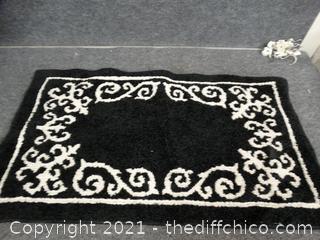 """Black & White Throw rug 35"""" x 20"""""""