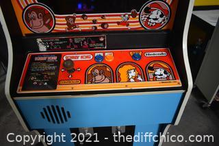1981 Nintendo Donkey Kong Arcade Game - Powers up