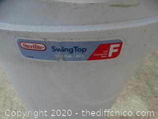 Sterilte Swing Top Trash Can