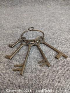 Antique Solid Brass Large Skeleton Keys on Ring (5)